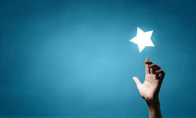 Con una estrella en cadamano